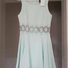 Ny kjole med blonder i midten. Super fin til sommeren. Aldrig brugt, mærket sidder endnu på. Byd gerne 😊 (jeg sender også gerne flere billeder)