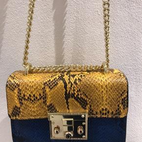 Læder taske i slangeskind. I flere farver... super fin💛💙