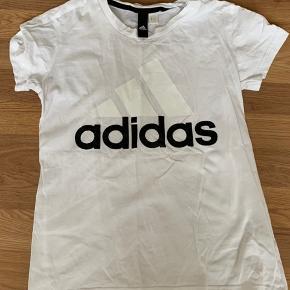 Brugt 2 gange - mærket er dog klippet ud som det ses på billedet Hvid adidas t-shirt str. xs   Giver rabat ved køb af flere ting  Bundle discount