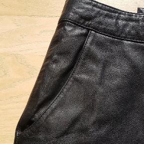 Knælang lædernederdel fra gestuz, nederdelen har skrålommer og lynlås bagpå.  Næsten ikke brugt.