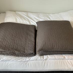 ALINA sengetæppe og puder med betræk sælges. Det er blevet brugt meget få gange – ellers har det bare ligget foldet sammen.  Sengetæppe 260x280 cm Puder 65x65 cm