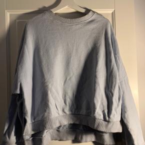 Lyseblå sweatshirt fra H&M med assymetrisk hem i bunden  Jeg er 1.72 og vejer 65 kg. Bruger normalt small/medium. *dette item kan benyttes i mit 3-for-100 tilbud