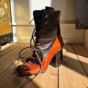 Fantaaaaastiske Miu Miu støvler fra slut 90'erne. Så smukke og specielle! De er i virkelig god stand og næsten ikke brugt 🤗 Prisen er fast! Da jeg ellers hellere selv vil beholde dem 😘