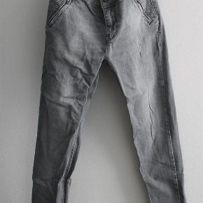Billede nr 3, er af detalje bagpå  Grå jeans Farve: grå