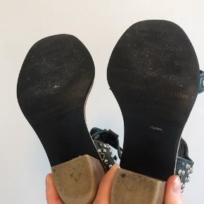 Rigtige fine sandaler med en lille hæl 6cm. Brugt et par gange, og er i en rigtig god stand. Lille i størrelsen