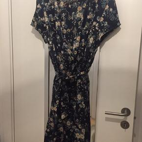OBS NY PRIS!!!!!🎉🎉🎉  Blomstret på mørkeblå bund Elastik i livet og bindebånd  Går lidt op foran, og er åben foran som en slå-om Rigtig sød kjole