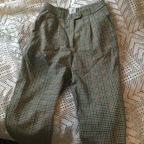 Ternede bukser i 45% uld. Desværre for store til mig. Der står str 40 i men eftersom de er købt i vintagebutik og dermed følger ældre størrelser vil mere sige det er en 38.