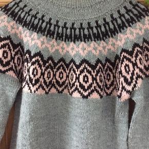 Håndstrikket sweater brugt meget lidt. Brystvidde 90 længde 60 cm kom med et bud.
