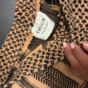 Sælger disse lækre Cecilie Copenhagen shorts med lommer 😍 de er sådan lakse farvet/lys orange. Brugt 1-2 gange.