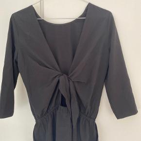 Fin kjole med 3/4 ærmer Åben ryg Byd