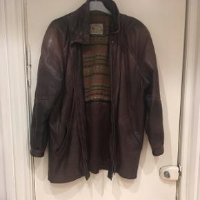 Lækker vintage læderjakke i mørkebrun. Jakken har patina, men er  i rigtig god stand. Passer en str M. Længe: 75 cm. Der står en str 36 som størrelse, men synes mere den svarer til en 38-40
