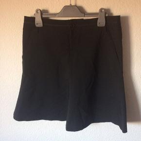 Bruuns Bazaar - nederdel Str. 38 Næsten som ny Farve: sort Lavet af: 54% polyester, 44% Virgin wool og 2% elasthane Mål: Livvidde: 82 cm hele vejen rundt Længde: 50 cm Køber betaler Porto!  >ER ÅBEN FOR BUD<  •Se også mine andre annoncer•  BYTTER IKKE!