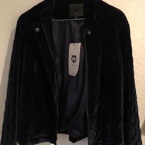 Varetype: Andet Farve: Blå  Helt ny, velour cardigan, fra Pulz. Se farven på billede 2.