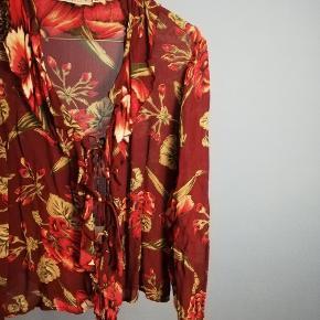 En vintage H&M skjorte i rigtig fin stand. Den bindes foran.