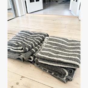 2 store badehåndklæder og 3 små håndklæder fra JYSK Kronborg. Sælges sammen! 😊