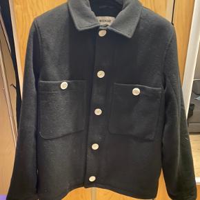 Latterligt lækker jakke, med det absolut lækreste fit. I 52% uld.