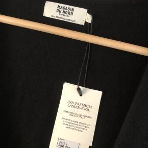 Blød og Lækker strikket vest/ cardigan fra Magasin i 100% premium lambswool.  Helt ny- stadig med prismærke.  Fra ikke- ryger.