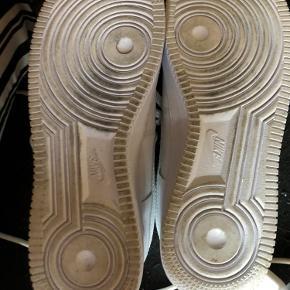 Sælger mine Nike x play CDG sko str. 41 da de desværre er for store. De er kun brugt et par gange (kan ses på billede 2)  I er velkommen til at byde bare ikke under 850 Pb til mig for flere billeder