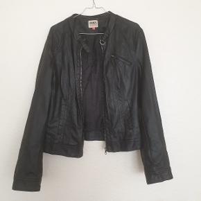 Lækker faux skindjakke fra ONLY, god men brugt, og har derfor en smule slid i kraven, men dette kan ikke ses, når jakken er på.