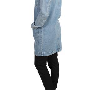 Fed cowboyjakke fra Modström. Lavet i kraftig denim og har en super smuk vintage blue farve. Cowboyjakken er rigtig fed til en skøn kjole eller til stramme sorte jeans og en top. Lavet af 100% bomuld.   Nypris 1000 kr