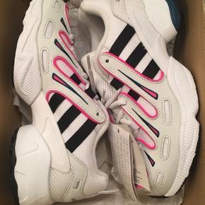 Disse Equipment Gazelle-sneakers henter deres inspiration hos en løbesko fra de sene 90'ere. Skoene har en let tekstiloverdel og kombinerer moderne detaljer med arkivdesign. Påsætninger i smidigt læder sættes sammen med stærke farver for at give et autentisk look fra 90'erne og de tidlige 00'ere.  Nye i æske - nypris kr 899. Købt for små.