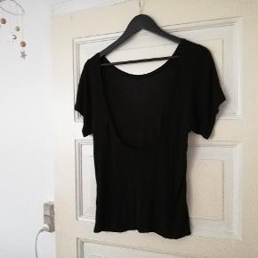 Rigtig fin t-shirt med dyb ryg