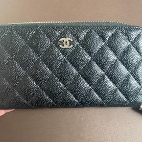 Chanel zippy pung i sort caviar med silver hardware.  Købt i Chanel i Hamburg, alt medfølger. Pungen er brugt i max. 6 måneder, er i meget fin stand.  Skriv for flere billeder. Nypris var €900, nu over €1000.