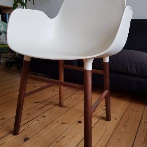 NORMAN COPENHAGEN Form Armstol Plastik/valnød.   Kontorstol eller spisebordstol. Købt i april måned 2019 og ubrugt. Jeg har kun en, som man kan bruge som kontorstol. Sælges pga pladsmangel.  Se også de andre ting, som jeg har til salg.