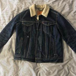 Sælger denne levis jakke, den er blevet brugt en del og har noget slid på fronten af jakken som ses på billede.