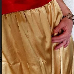 Gude smuk kjole, str one size. Passer mig perfekt er en str s/m. Kan bruges med eller uden det røde satin bånd.   Kan snøres ind som korset bag på.  Mine priser er faste og er + evt fragt.