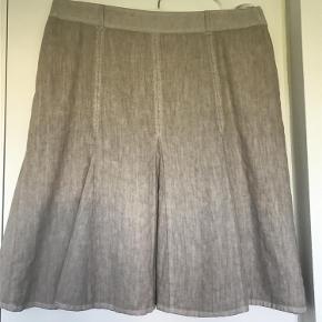 Varetype: Behagelig nederdel i linie/hør Størrelse: 44 Farve: Sand Oprindelig købspris: 600 kr.  Længde 62, Liv 90 cm.