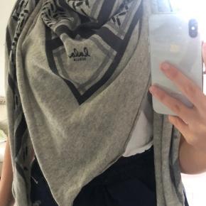 Sælger dette Lala Berlin tørklæde  Triangel trinity classic, L Flanella/light Grey melange  Np: 2.999 Mp: 1.600 BIN: 1.500 Ellers så byd og vi finder ud af noget  Tørklædet er nyvasket, dog er der et lille hul som sagtens kan syes. Og som ikke er synligt når man bruger tørklædet om halsen.