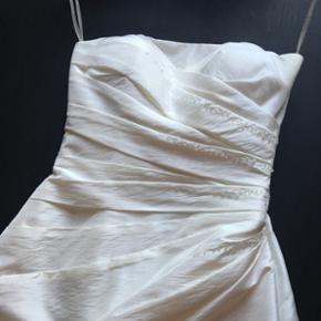 Super flot Lilly konfirmationskjole. Str 34 (kjolen er også forkortet - ca 70 i længden og 32 i bredde hvor den er smallest). Ingen fejl overhoved. Nypris 2500kr. Brugt den ene dag. Stropløs