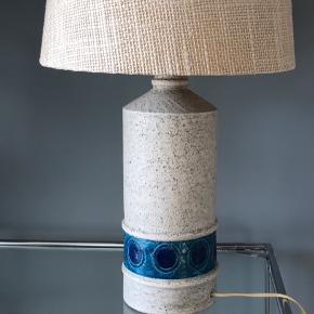 Helt fantastisk, stor Bitossi lampefod i keramik. Designet af Aldo Londi i 60'erne. Flot stand.  Virker fint.  Afbryder på fatning.  H: 43 cm inkl. fatning.  Skærmen er min egen og sælges ikke!  475kr  #bitossilampe #bitossi #bitossilamp #aldolondi #italienskkeramik #vintagelampe #vintagebordlampe #keramiklampe #bordlampe