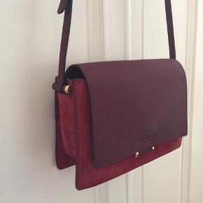 INGRID taske NYPRIS 3999.- Brugt 3 gange, fremstår som ny. Mørkerød ruskind/skind Størrelse: 7 x 17 x 26 cm
