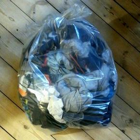 Halv affaldssæk med blandet tøj i fin stand i str 134-146.   Sweatshirts, t-shirts, shorts, natbukser, skjorte, tights mm.    HM primært og mest overdele  🌌Hent hele posen på Frederiksberg for kun 100,- og spar en masse penge på tøj👌  Lidt flere billeder i kommentarfeltet 📷🌌