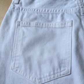 Ny, aldrig brugt mega flot lækker  Dr. Denim hvid jeansnederdel størrelse S😊  Puma og Hi-TEC sneakers  følger ikke med, men kan tilkøbes.   Hvis du er interreseret i den hvid denim nederdel / DR.DENIM jeansnederdel, sender jeg gerne nøjagtige mål og flere fotos. Oprydningssalg, tages ikke retur, pris plus fragt  Mængderabat gives, se også mine tasker, sko og tøjtilbud 😊