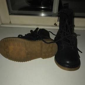Sød sort støvler(ligner DR.Martens)