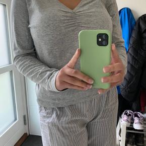 Sød bluse fra H&M is tr. XL. Den er dog ret lille i størrelsen (er selv en M). Kom gerne med bud. Blusen er kun brugt en enkelt gavg
