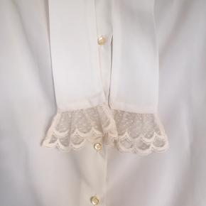 Meget smuk råhvid vintage - retro skjorte str M. Skjorten er i rigtig god stand.