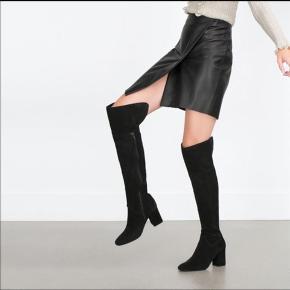 Super fede overknee støvler fra Zara i ægte ruskind. Brugt 5-6 gange og fremstår uden betydelig slidtage. Kan ses/prøves på Amager. Evt. forsendelse er på købers ansvar (hvis man ønsker sendt uforsikret) og regning.