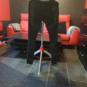 Brand: Nü by staff Luxury Varetype: Bukser/leggings (175 kr) Farve: Sort  Flotte Nü bukser/leggings, brugt få gange.