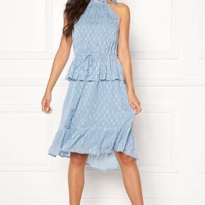 Lækker og smuk kjole i isblå fra Y.A.S . Størrelse Large. Stadig med prismærke. Nypris 500kr.