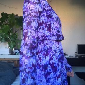 Pænste lilla kjole fra Bik Bok med åben ryg  Kæden bagved gik i stykker, men blev sat på igen med tråd. Det er dog overhovedet ikke noget man lægger mærke til.