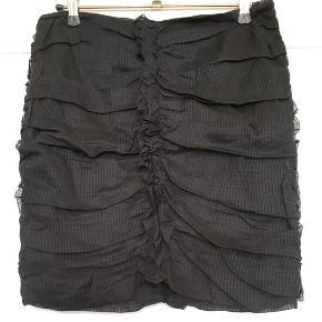 Fin sort nederdel fra Isabel Marant (Mainline) . 100% cotton . I den bedste ende af gmb uden huller, pletter, fnuller eller lign. En FR 34, tjek mål for ensikkerheds skyld. Talje: 34,5 cm på tværs, dvs 69 cm i omkreds. Længde: 41 cm. Søgeord: Isabel Marant Black skirt organsalg bomuld mini bodycon flæser sort nederdel ruffles