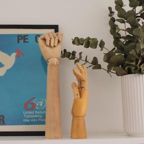 'HAY Wooden Hand' i størrelse M og L. Kan købes samlet til 200 kroner eller hver for sig. Den lille er ældre og derfor mere slidt, hvor den store er ca. halvandet år gammel og har kun stået samme sted. Står næsten som ny og mener ikke, den sælges længere.