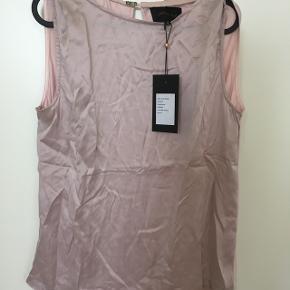 Helt ny, smuk overdel i 100% silke str. MNypris 600,00 kr. Med mærke.