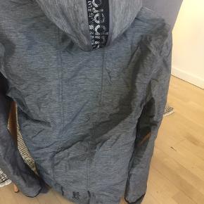Fin jakke, ny aldrig brugt. Passer også medium. Med hætte.