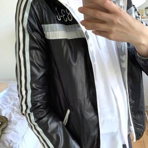 Revirsible Adidas jakke.  Der er lidt make-up på den ene side (se billede)   Ellers fin stand. Alle lynlåse virker  Passer en s-m  50 kr. 😊