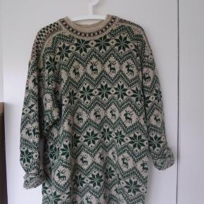 Smuk oversized, norsk sweater med det fineste mønster!  Sweateren måler ca. 80 cm i længden!